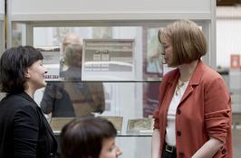 Dr. Petra Hubmann (links) Vorstandsvorsitzende des Beringers Lügensteine e.V. im Gespräch mit Frau Prof. Dr. Alix Cooper von der New York State University